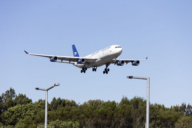 800px-Aerolineas_Argentinas_(LV-ZPJ)_Airbus_A340-211_on_approach_to_runway_25_at_Sydney_Airport